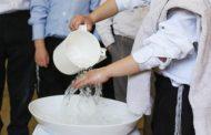 Se laver les mains lorsqu'on trempe un aliment. 4. Aliment est partiellement mouillé - Moins d'un Kazaït. Yalkout Yossef Ch. 158 (seconde partie) §3 - Yéhouda Berros