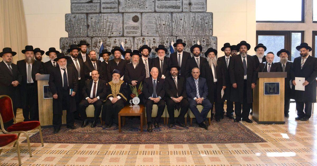 Séfer Hamitsvot Haqatsar  70. Mitsvot négatives – 63: Ne pas maudire le Dayan. 64: Ne pas nommer un Dayan s'il n'est pas apte à cela