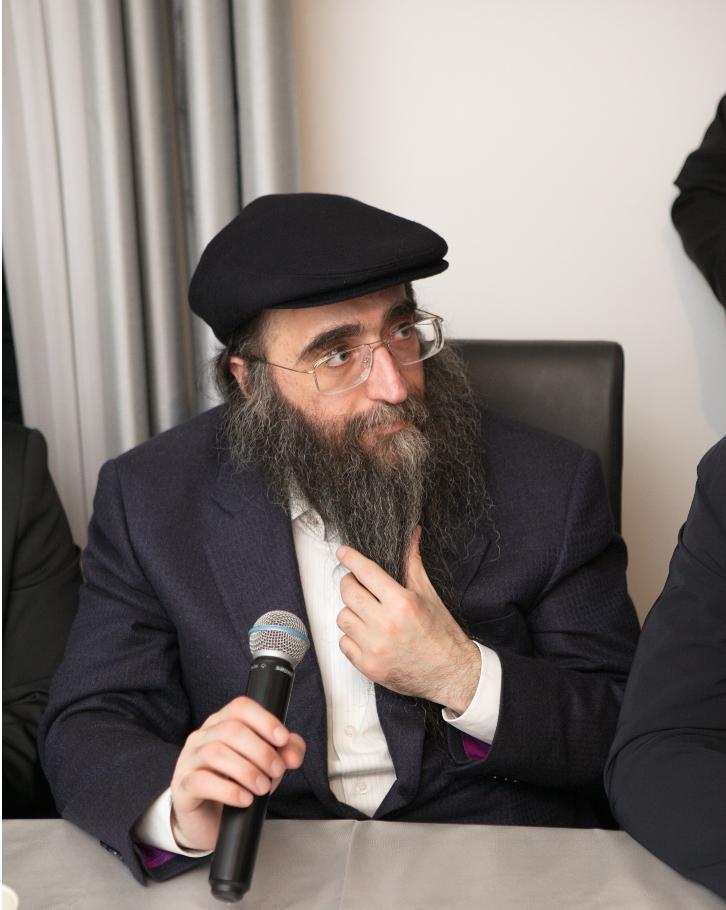 De la même manière qu'Hachem éclaire le monde, les Bné Israël éclairent Hachem grâce à la Ménora.Rav Yoshiahou Pinto