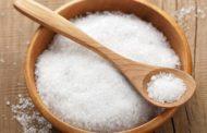Se laver les mains lorsqu'on trempe un aliment dans du sel. Yalkout Yossef Ch. 158