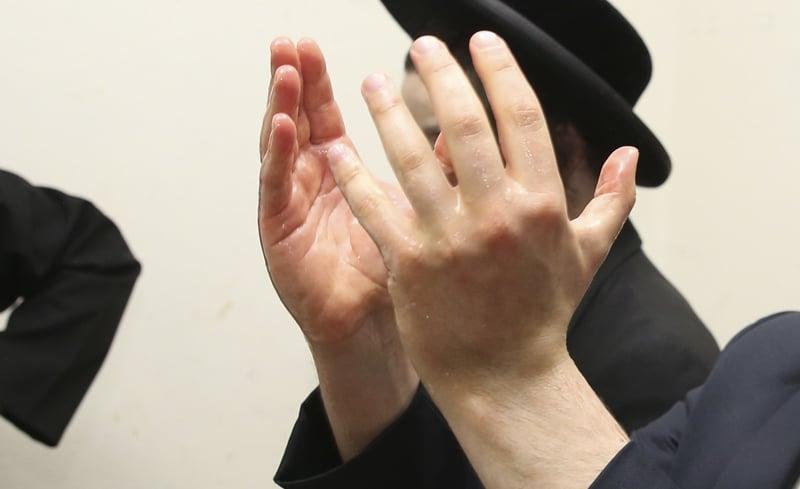 Importance de lever les mains pour Nétilat Yadaïm - 1. Yalkout Yossef Ch. 162 §1. Yéhouda Berros